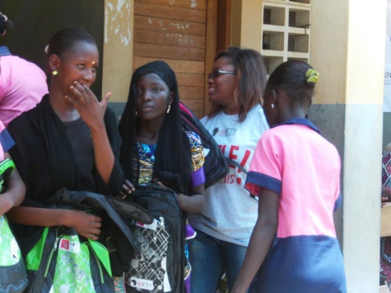 Des dons scolaires pour ces jeunes filles